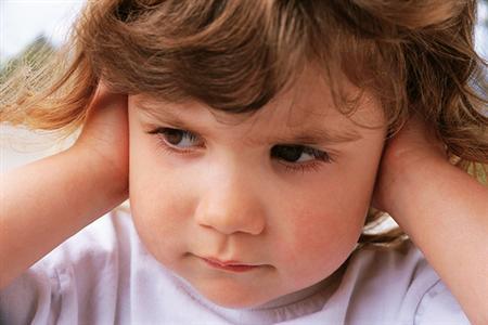 Los síntomas de los tapones en los oídos