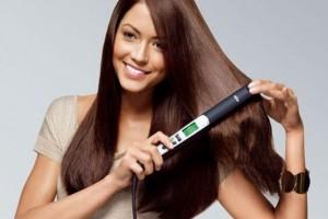 Mujer-planchando-su-pelo