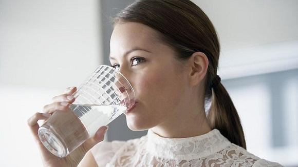 ¿Tomar agua durante las comidas engorda?