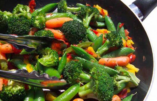 ¿Qué vegetales es mejor comer crudos y cuáles cocinados?