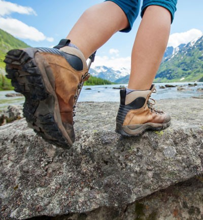 ¿Practicas senderismo? Consejos para cuidar tus pies