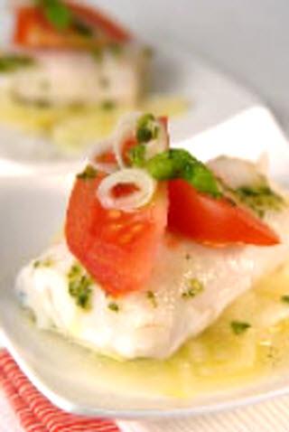 Receta de merluza al aroma de albahaca con cebolla y tomate