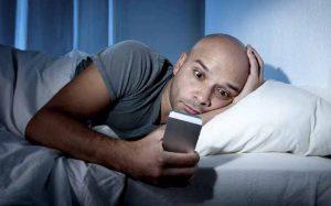 Usar el móvil de noche aumenta el riesgo de insomnio